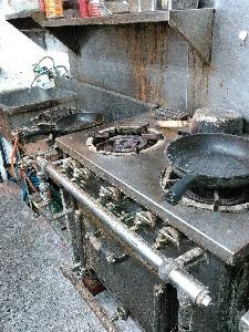 油汚れでギトギトの床とコンロ周り