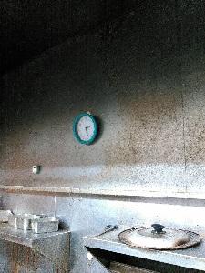 油汚れがひどい厨房の壁面